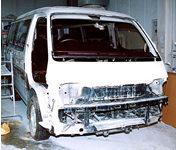 事故車は破損部分を 丹念に診断し、分解します。